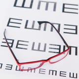 Läs- glasögon och ögondiagram Arkivbild