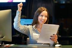 Läs- goda nyheter för lycklig entreprenörkvinna i en bokstav i offesna Mottagande i hotellet Närbild arkivfoto