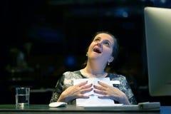Läs- goda nyheter för lycklig entreprenörkvinna i en bokstav i offesna Mottagande i hotellet Närbild arkivfoton