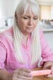 Läs- information om hög kvinna på att förpacka för drog arkivfoton