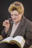 Läs- järnekbibel för hög kvinna Royaltyfri Foto