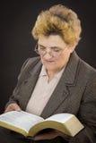 Läs- järnekbibel för hög kvinna Royaltyfri Fotografi