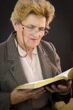 Läs- järnekbibel för hög kvinna Arkivfoton