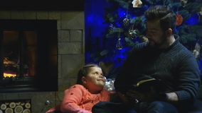 Läs- julberättelse för man till dottern royaltyfri bild
