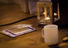 Läs- julkort vid levande ljus arkivfoton