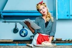 Läs- kokbok för hemmafru fotografering för bildbyråer