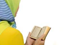Läs- Koranen för Hijab kvinna Arkivbild