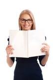 Läs- kvinna för ung kvinna tidskrift Royaltyfria Foton