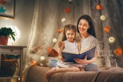 Läs- läggdags för familj arkivbild