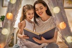 Läs- läggdags för familj royaltyfri fotografi