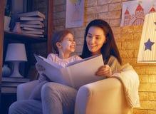 Läs- läggdags för familj arkivfoton