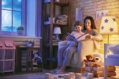 Läs- läggdags för familj royaltyfri foto
