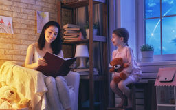 Läs- läggdags för familj fotografering för bildbyråer