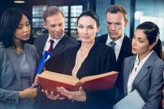 Läs- lagbok för advokat och växelverkan med affärsfolk arkivfoto