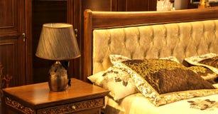 Läs- lampa vid sängen i sovrummet fotografering för bildbyråer