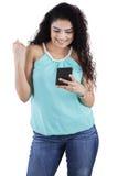 Läs- meddelande för indisk kvinna på smartphonen Royaltyfri Fotografi
