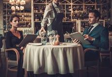 Läs- meny för par i en restaurang Royaltyfri Fotografi