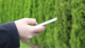 Läs- mobiltelefonmeddelande stock video