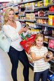 Läs- näringsvärden för moder och för dotter av produkter royaltyfri fotografi