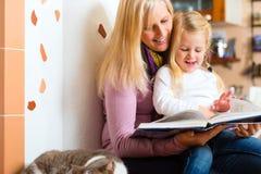 Läs- nattberättelse för moder till ungen hemma Royaltyfri Fotografi