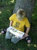 Läs- pojke Royaltyfri Fotografi