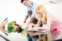 Läs- recept för par i kockbok Fotografering för Bildbyråer