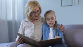 Läs- saga för blond grandkid med hennes hemmastadda farmor, samhörighetskänsla arkivfilmer