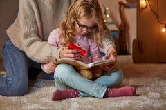 Läs- saga för Mum och för dotter i barnrum arkivbilder