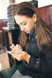 Läs- sms för kvinna arkivfoton