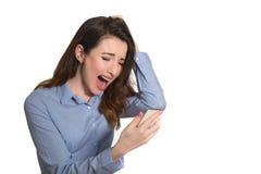 Läs- text för skrikig dam på mobiltelefonen som in trycker på hennes huvud Royaltyfria Bilder