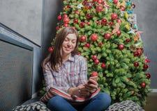 Läs- textmeddelande för lycklig kvinna på celltelefonen arkivbild