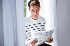 Läs- tidning för angenäm man Royaltyfria Foton