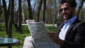 Läs- tidning för lyckad affärsman på lunch stock video