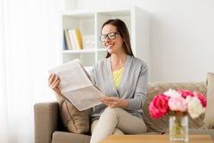 Läs- tidning för lycklig kvinna hemma Arkivbild