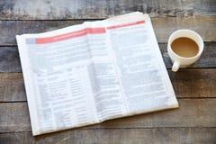 Läs- tidning på tabellen Arkivbilder