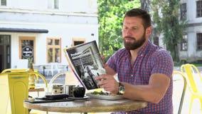 Läs- tidskrift för man under frukosten lager videofilmer