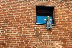 Läsa ängel i fönstret royaltyfria bilder