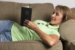 Läsa bibeln arkivbild