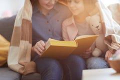 Läsa den underbara boken arkivfoton
