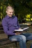 Läsa en bok Arkivfoton