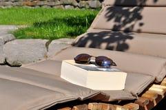 Läsa en bok i trädgården royaltyfri foto