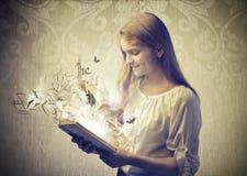 Läsa en fabel Royaltyfri Fotografi