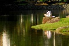 läsa för parks royaltyfri fotografi