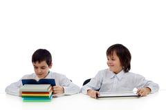 Läsa för två pojkar Fotografering för Bildbyråer