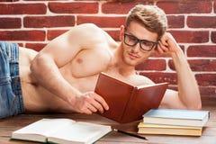 Läsa hans favorit- bok Arkivfoto