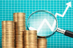 Läsa och analysera diagrammet med förstoringsglaset Investeringst Arkivfoto