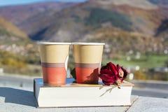Läsa och dricka kaffe i höstberget Royaltyfri Bild