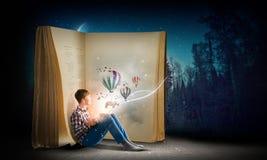 Läsa och fantasi Arkivbilder