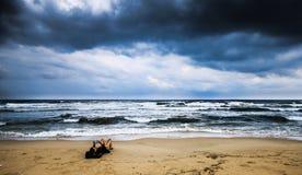 Läsa på den Gaza stranden Arkivbilder