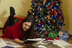 Läsa på jul Arkivfoton